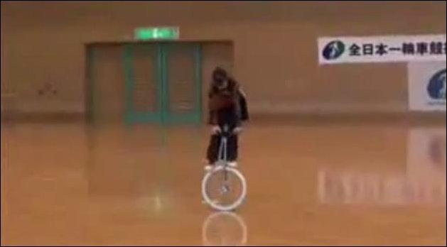 Юная азиатка на моноцикле