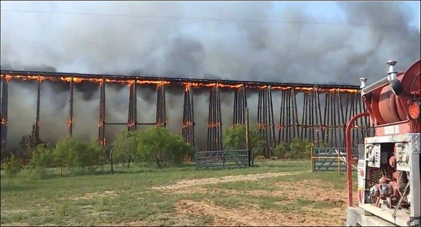 Горящий железнодорожный мост обрушился в Техасе
