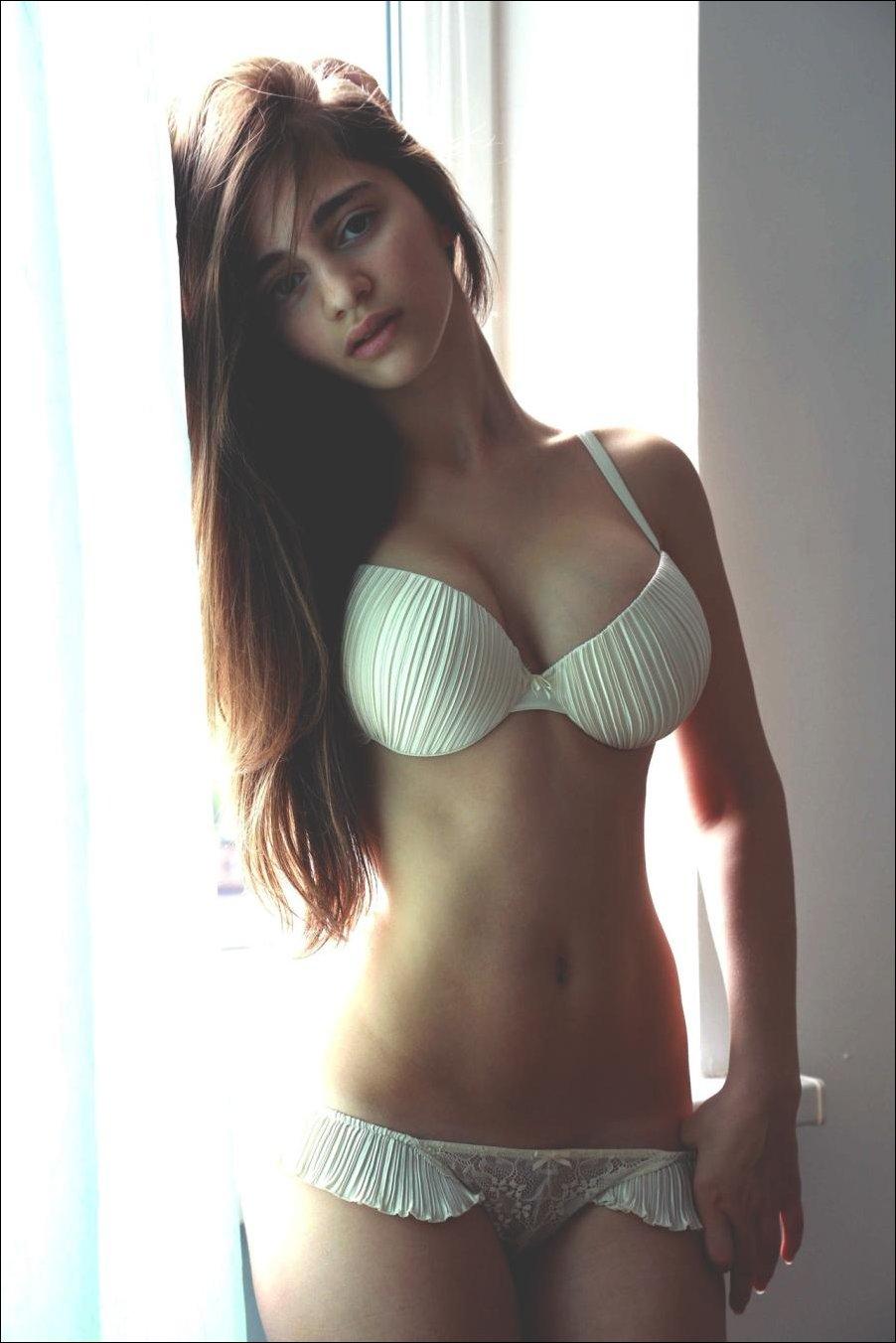 Девушки 18+, Эротика