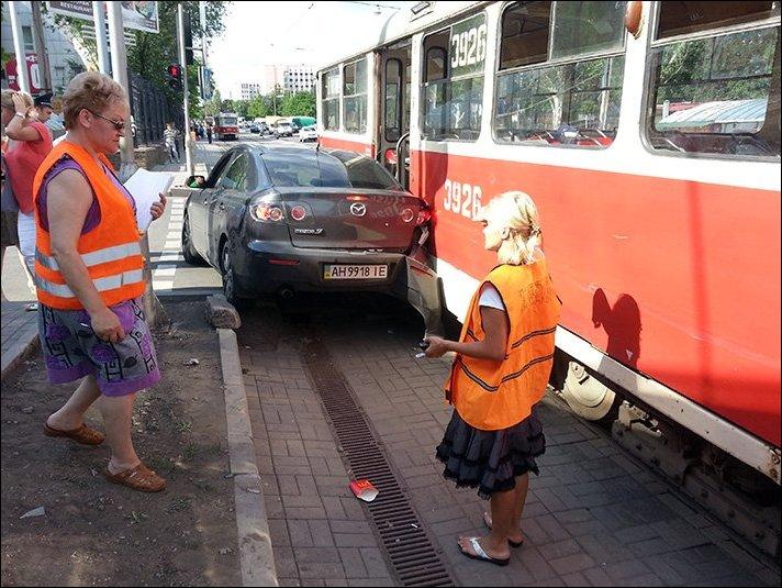 Трамвай в Донецке зажал Мазду