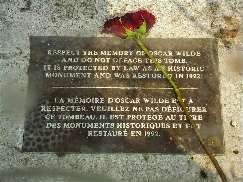 Красная помада на мемориале