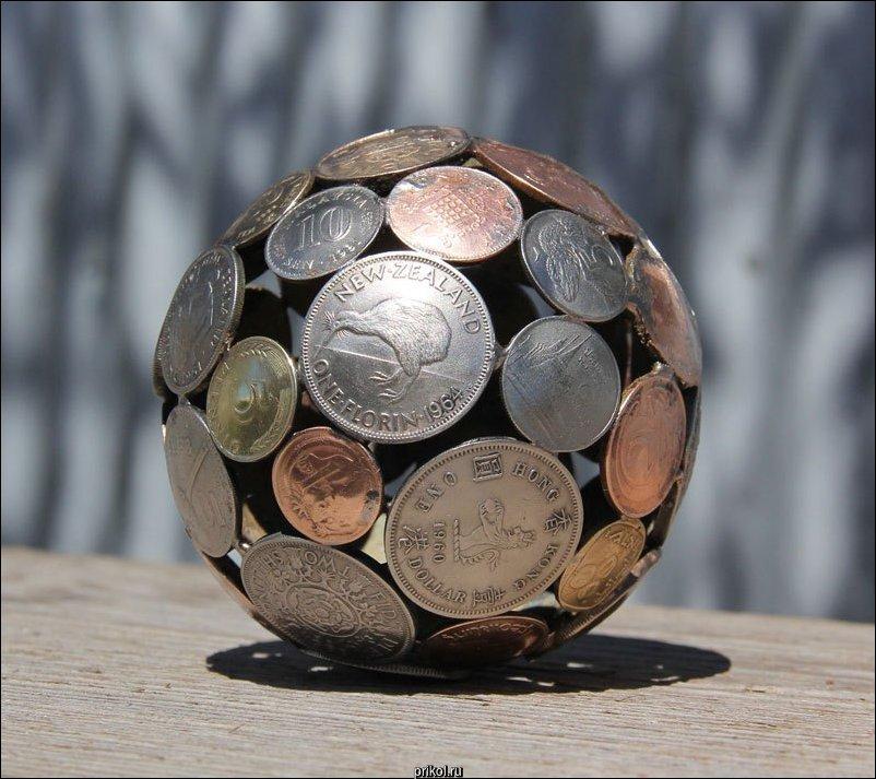 Скульптуры из ключей и монет