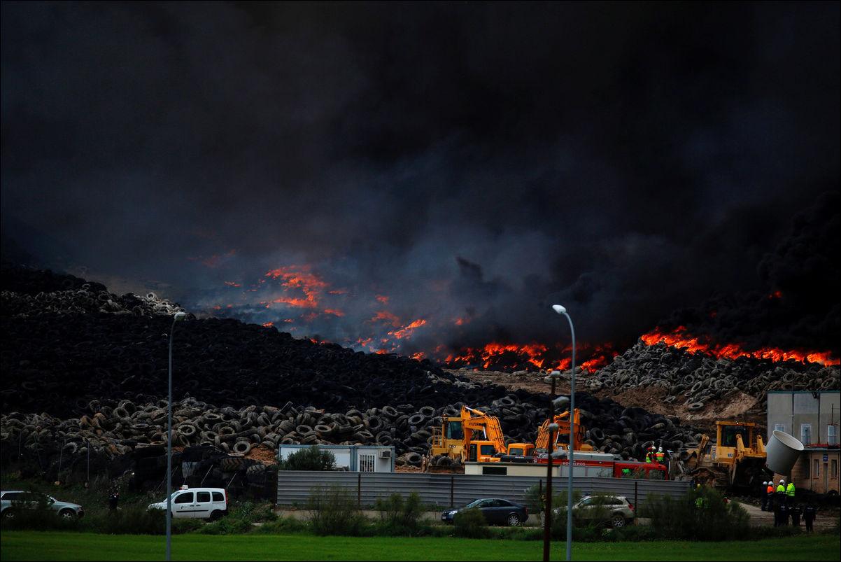 пожар на свалке покрышек в Испании
