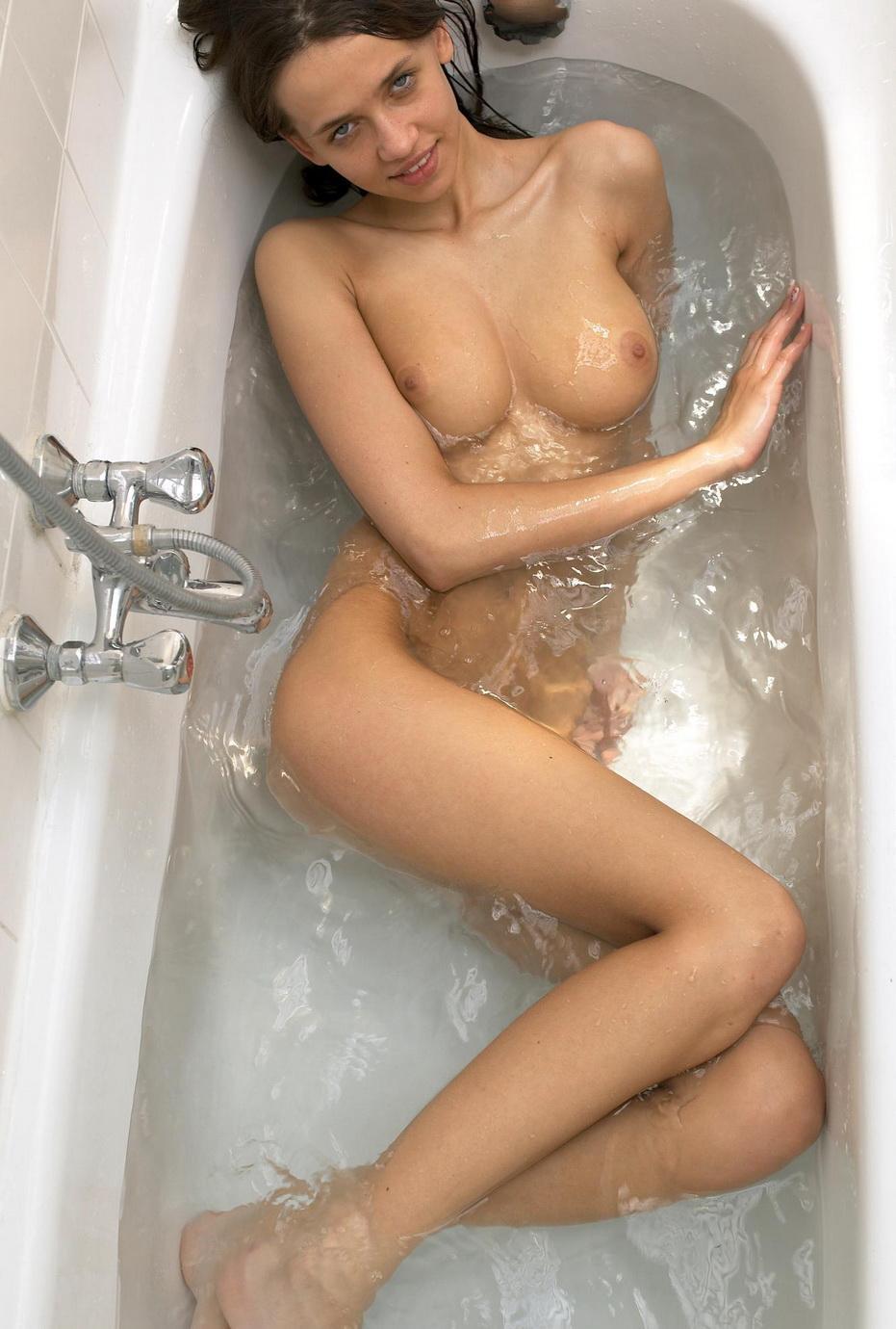 nude-girl-in-bath-07