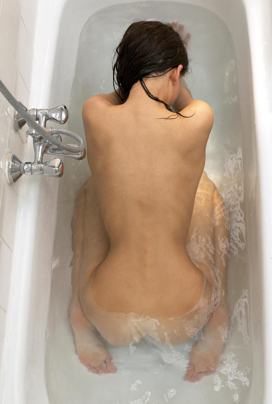 nude-girl-in-bath-09