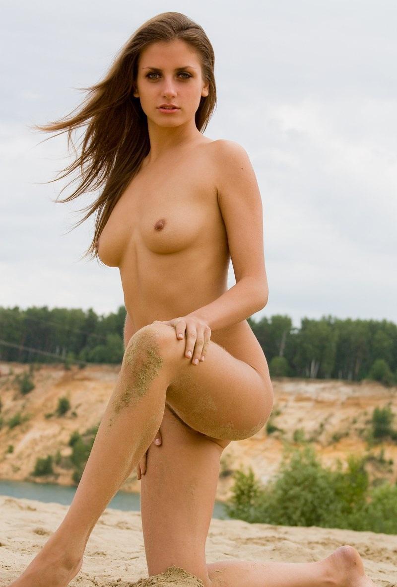 nude-stefani-at-the-beach-02