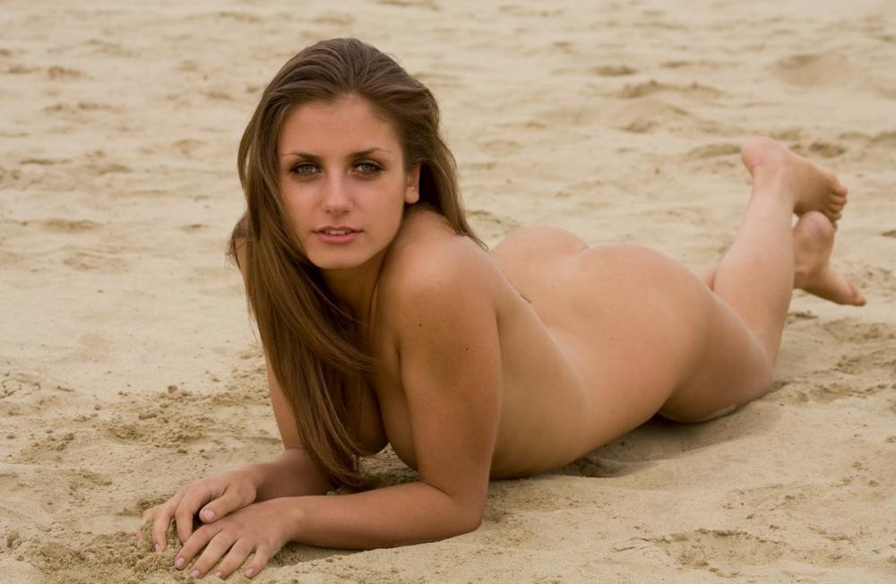 nude-stefani-at-the-beach-03