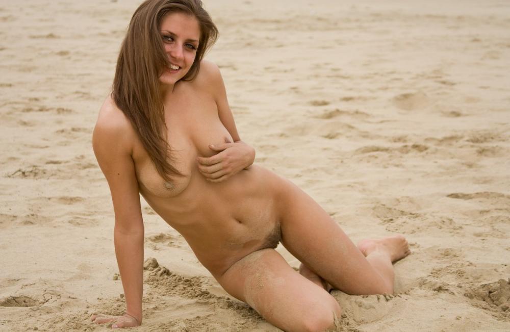 nude-stefani-at-the-beach-04