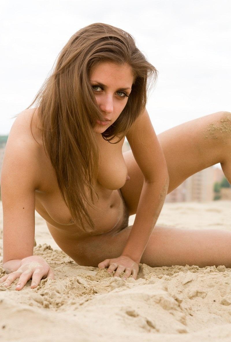 nude-stefani-at-the-beach-05