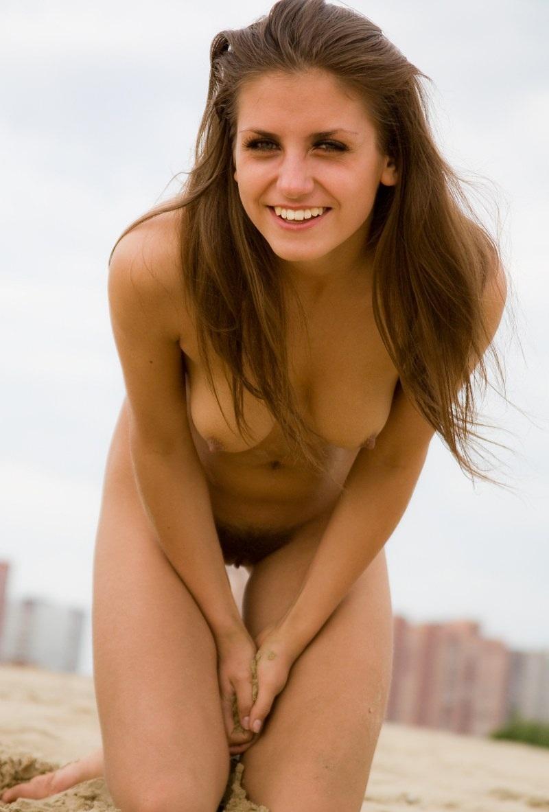 nude-stefani-at-the-beach-07