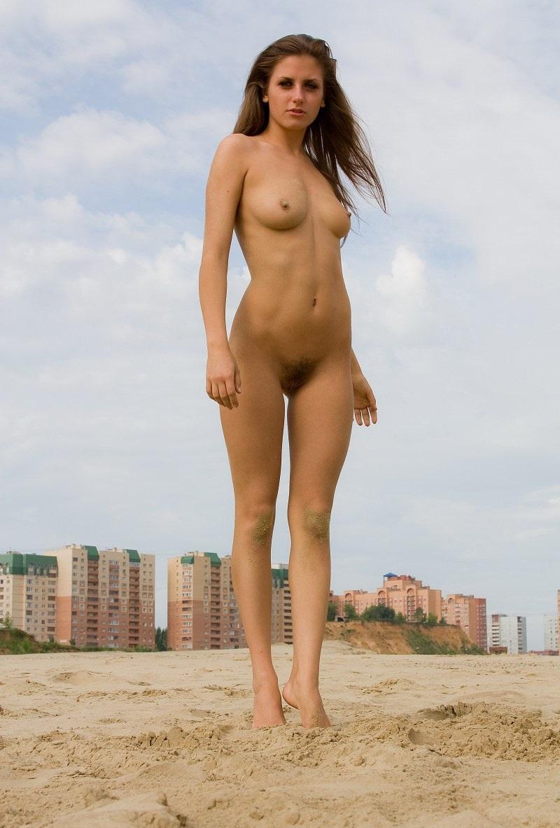 nude-stefani-at-the-beach-10