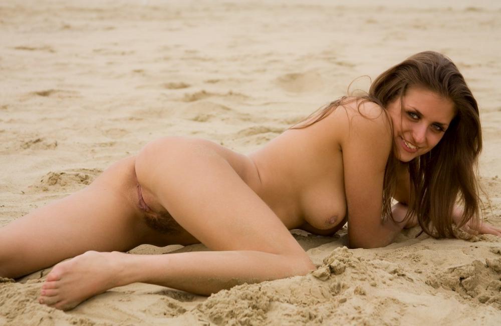 nude-stefani-at-the-beach-11