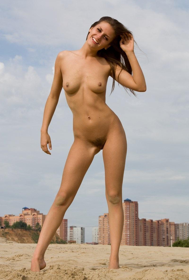nude-stefani-at-the-beach-12