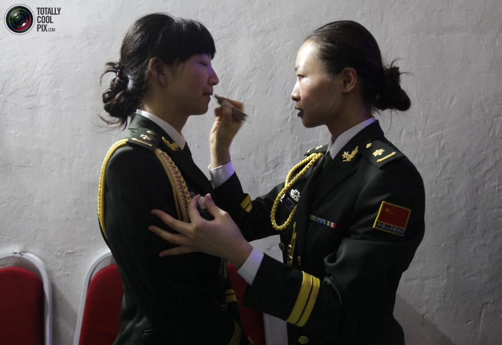 Девушки в военной форме выглядят одновременно мило и угрожающе.