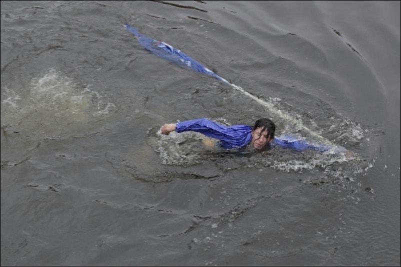 Агитатора Единой России сбросили с моста в реку