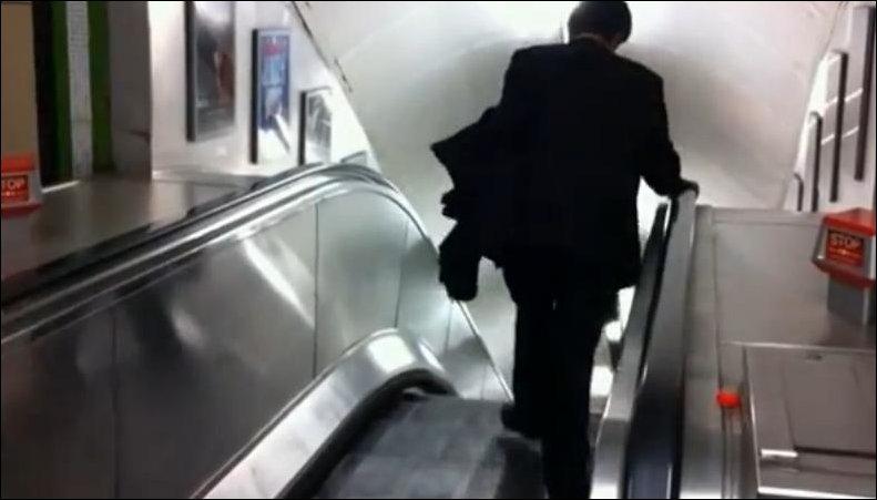 Пьяный на эскалаторе