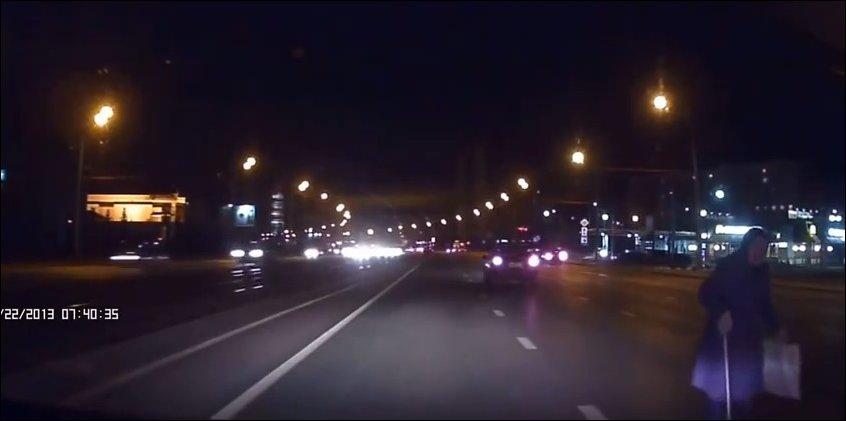 Бабушка переходит через дорогу в темное время суток