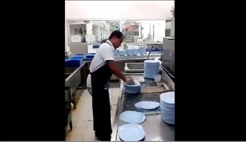 Посудомойщик года. Помыть 50 тарелок за 10 секунд