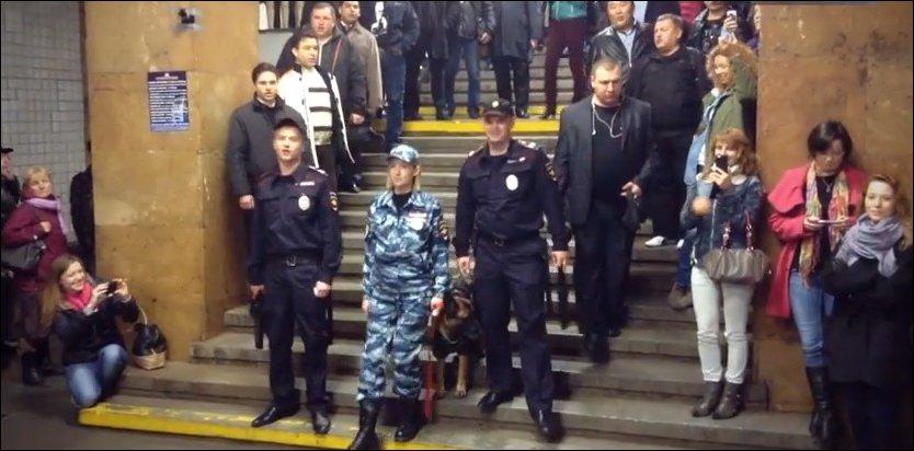 Флешмоб в метро ко Дню Полиции