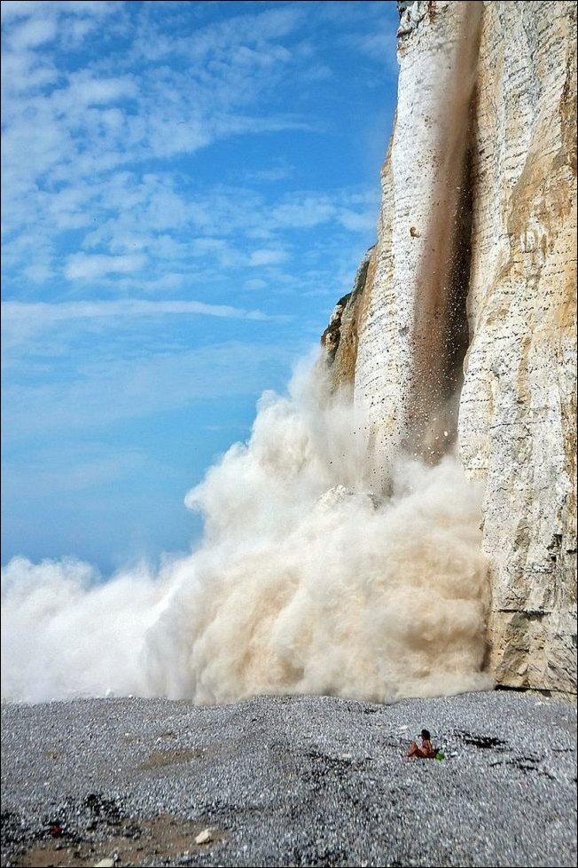 Девушку на пляже едва не завалило камнями