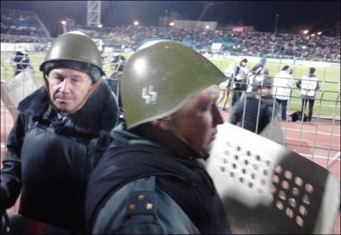 Полицейский в каске с символикой SS