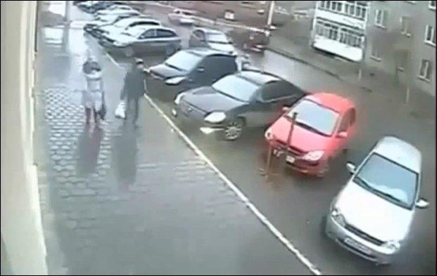 Как она выезжает с парковки