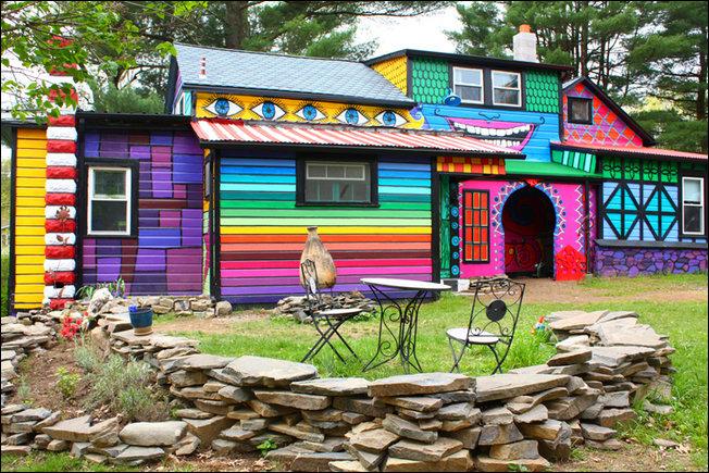 Психоделичный дом в лесу