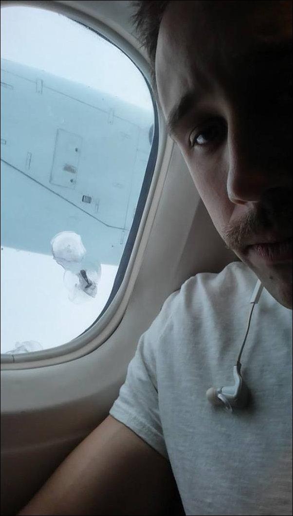 Винт разбил иллюминатор самолета
