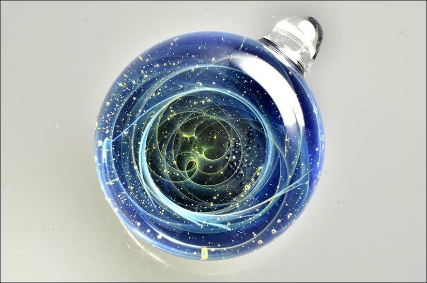 Планеты и галактики внутри стеклянного шарика