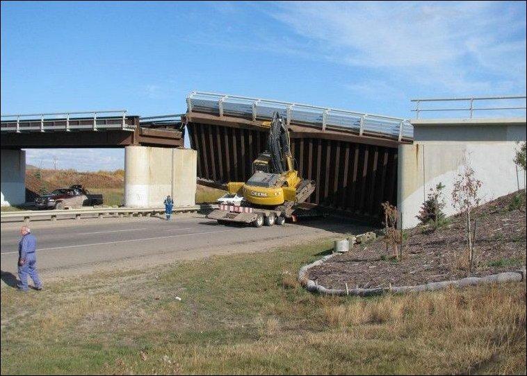 Экскаватор разрушил железнодорожный мост