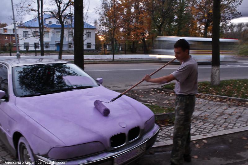 В наказание за парковку БМВ покрасили в розовый