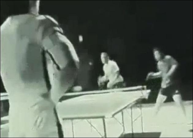Брюс Ли играет нунчаками в пинг-понг