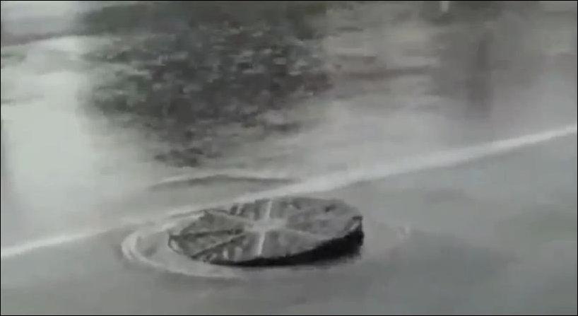 Танцующий канализационный люк