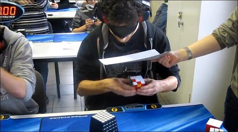 Сборка кубика Рубика вслепую