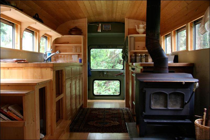 Дом на колесах из старого школьного автобуса