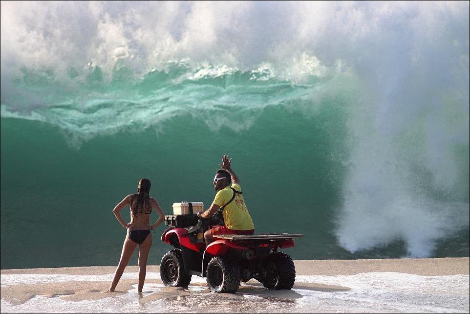 На фоне волны