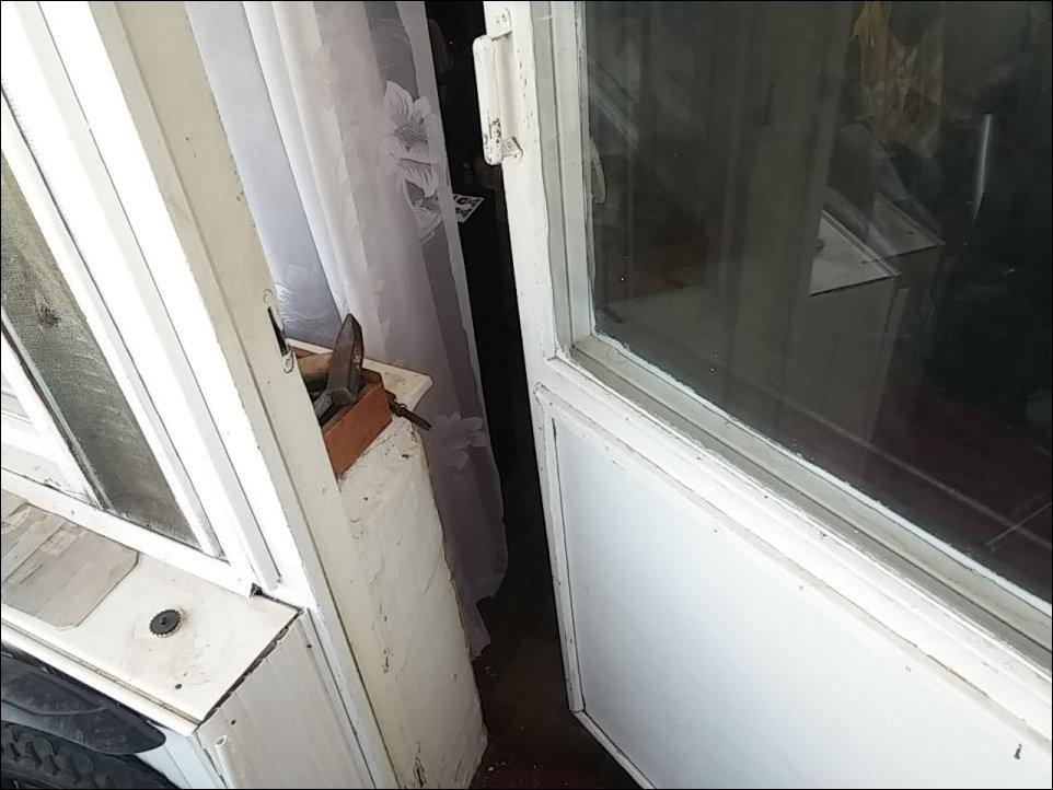 Кот закрыл на балконе
