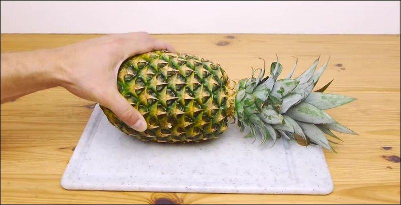 Как нарезать ананас за 30 секунд