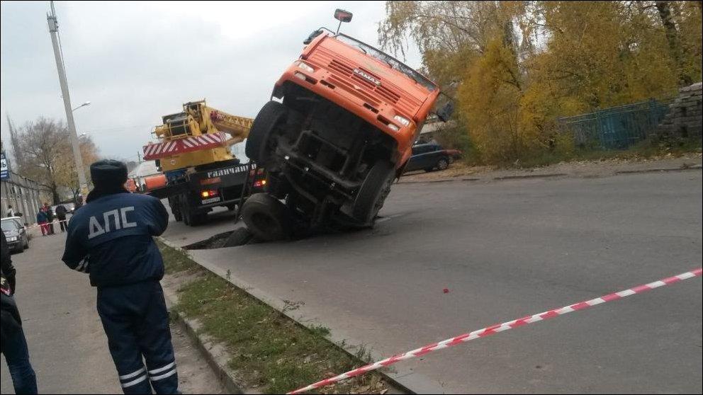 В Воронеже провалилась бетономешалка
