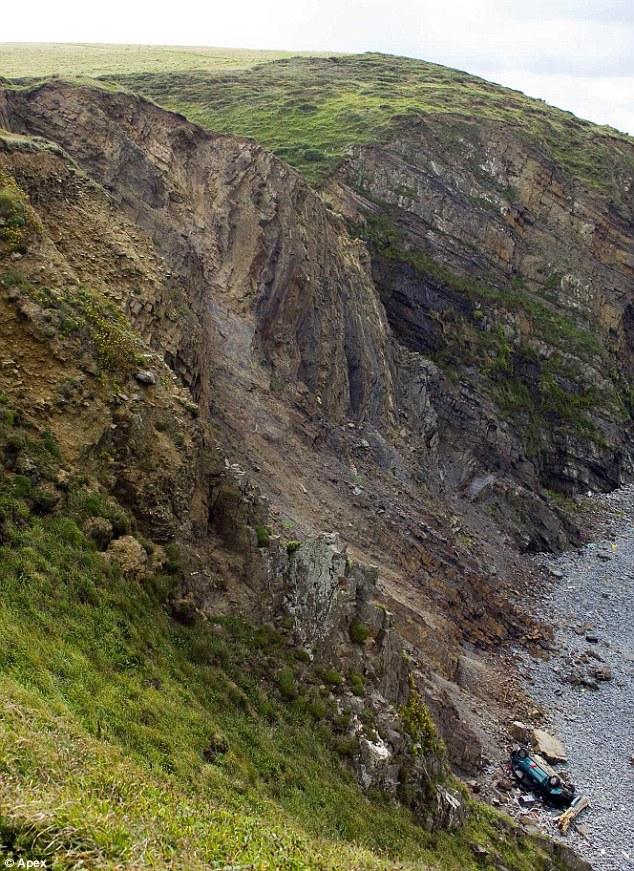car-felt-from-cliff-02