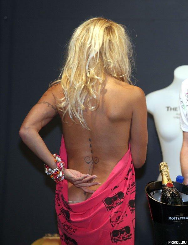 Pamela-Anderson-New-Zeland-06
