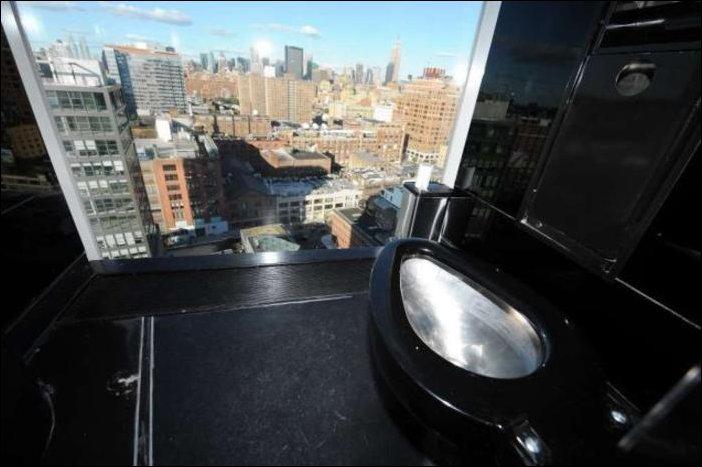 Туалеты с окном во всю стену