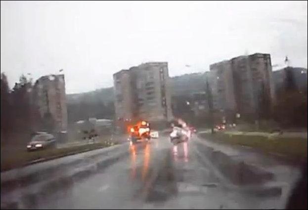 Молния попала в автомобиль мэра Железногорска