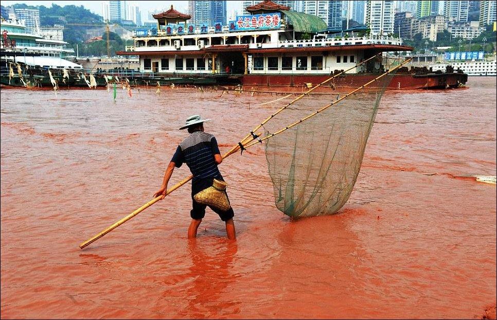 Воды реки Янцзы окрасились в красный