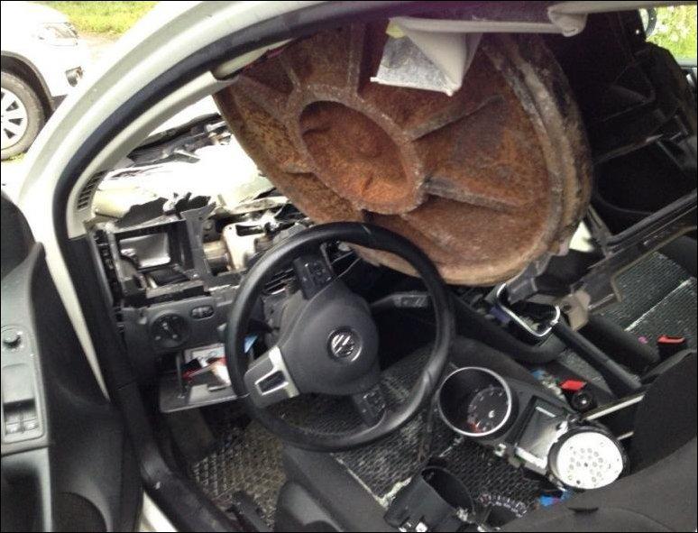 Люк влетел в салон автомобиля