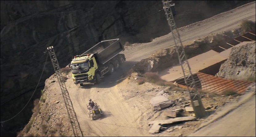 Хомяк управляет грузовиком Вольво