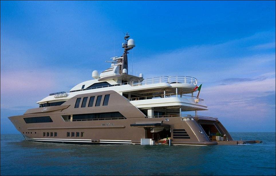 Роскошная яхта с гаражом для катера