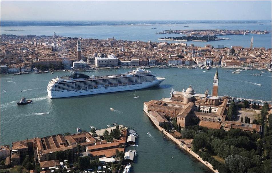 Круизный лайнер в Венеции