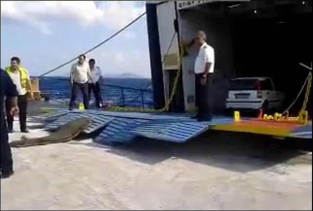 Погрузка автомобилей на паром в Греции