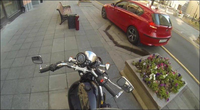 Девушка на мотоцикле наказывает водителей бросающих мусор